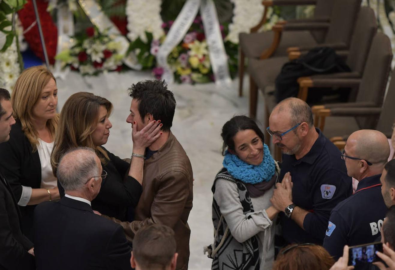 La presidenta andaluza, Susana Díaz (a la izquierda), da el pésame a los padres del pequeño Gabriel en la capilla ardiente instalada esta tarde en el Palacio Provincial de la Diputación de Almería.