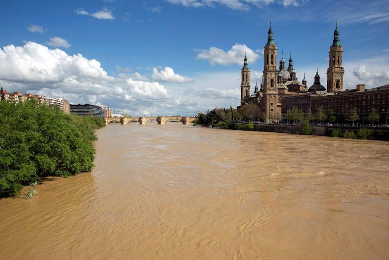 El río Ebro ha comenzado a desbordarse a su paso por Zaragoza. Seis tramos de la cuenca hidrográfica del Ebro se encuentran en alerta por crecidas de los cauces