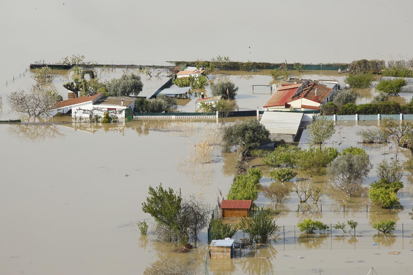 La punta de la crecida del Ebro a su llegada a Zaragoza
