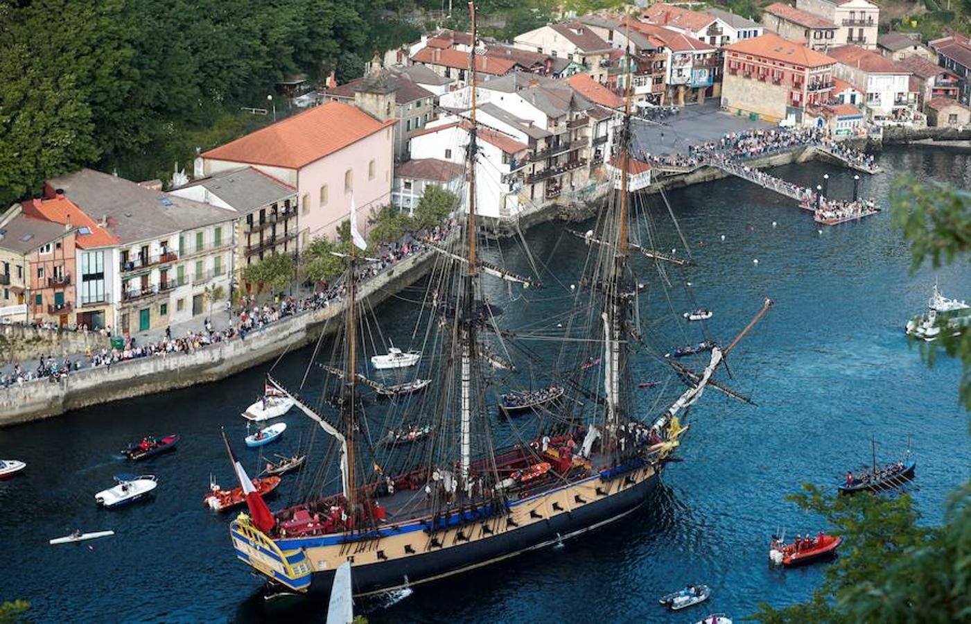 El imponente buque L'Hermione llegó ayer a Pasajes (Guipúzcoa) para poner el colofón al Festival Marítimo