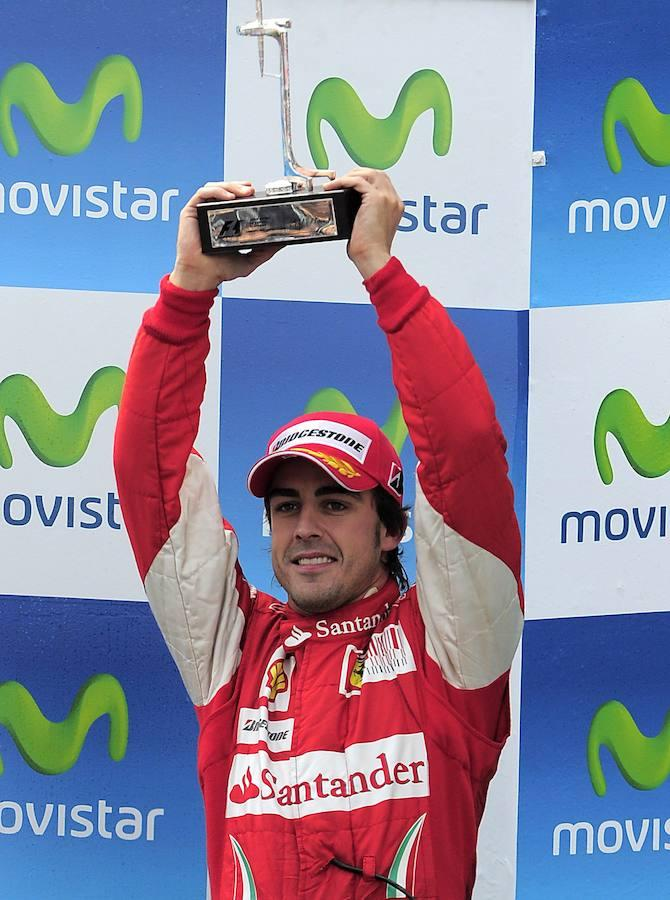 Fernando Alonso con el trofeo del Gran Premio del circuito de Montmeló en Cataluña