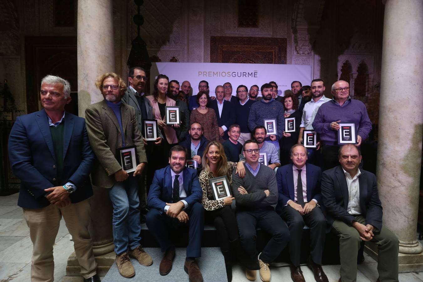 Foto de familia, en el Casino Gaditano, de los premiados con los responsables de LA VOZ.