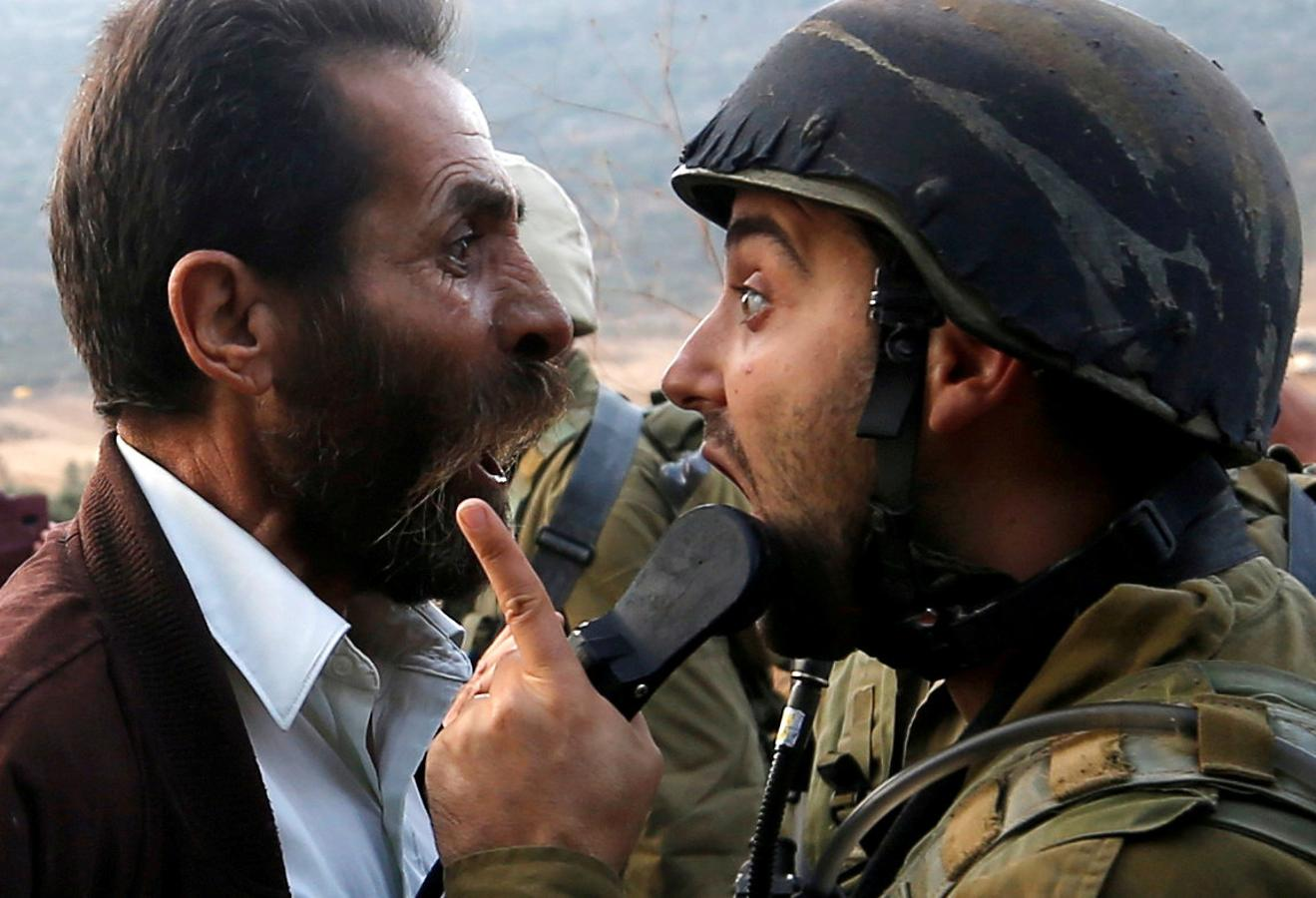 Un palestino discute con un soldado israelí durante los enfrentamientos por una orden israelí de cerrar una escuela palestina cerca de Nablus en la ocupada Cisjordania, el 15 de octubre de 2018.