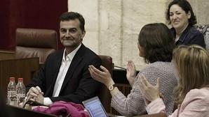 Antonio Maíllo, recibido entre aplausos y muestras de cariño en su reaparición en el Parlamento andaluz