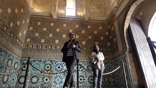 Un par de turistas disfrutan de la belleza de la capilla mudéjar de San Bartolomé