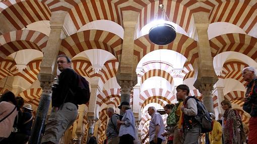 Visitantes en el interior de la Mezquita-Catedral