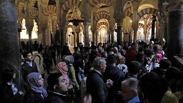 Un grupo de turistas contemplan la Mezquita-Catedral