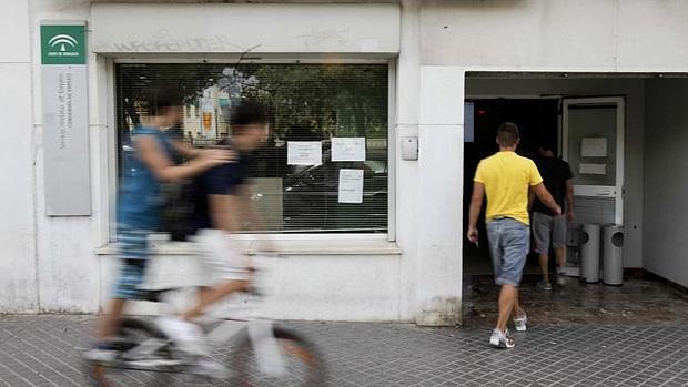 El juez investiga a cien imputados por un fraude a fogasa for Oficina de correos cordoba