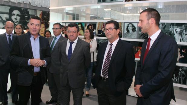 El alcalde de Chipiona, Antonio Peña, segundo por la derecha, en el futuro Museo Rocío Jurado