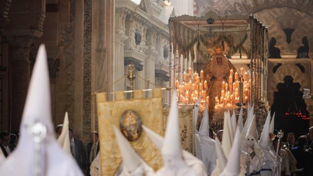 La Hermandad del Resucitado de Santa Marina, a su paso por la Catedral