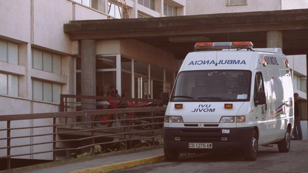 Una ambulancia en el Hospital Reina Sofía