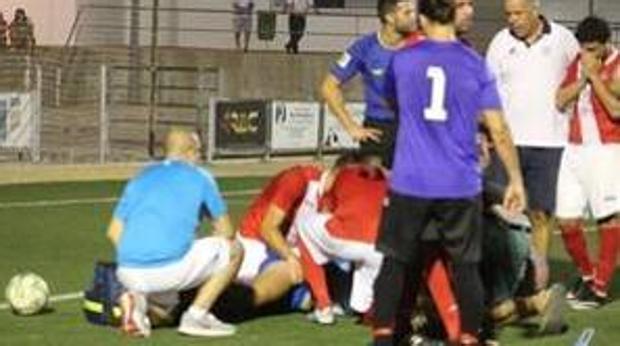 Momento en el que el árbitro salva la vida a un jugador en Villa del Río