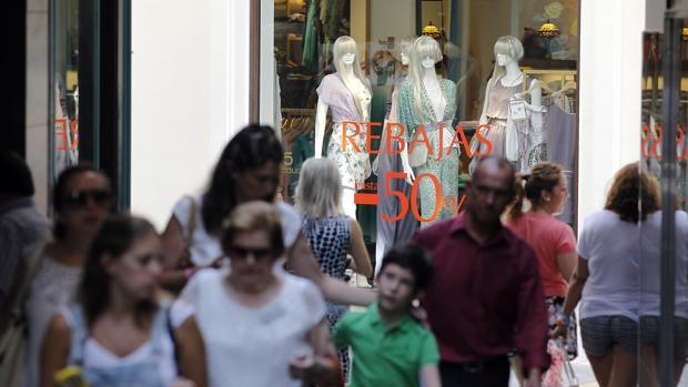 Un grupo de personas en un día de compras en el Centro de Córdoba