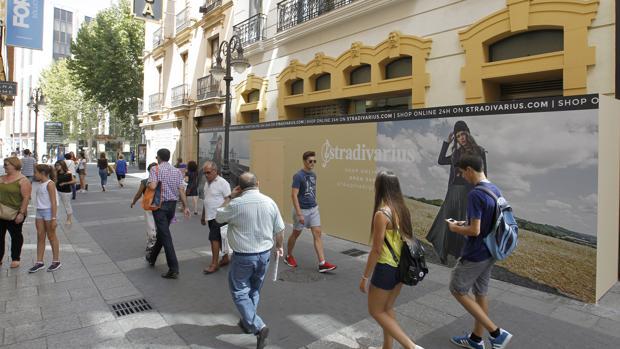 El antiguo local de H&M, cubierto con publicidad de Stradivarius