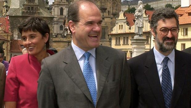 Manuel Chaves junto a Juan Antonio Cortecero, a su derecha, en una visita a Praga en el año 2001