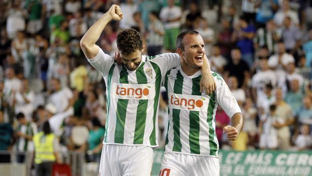 Rodri y Juli celebran el gol del extremo que supuso el 3-3 ante el Lugo