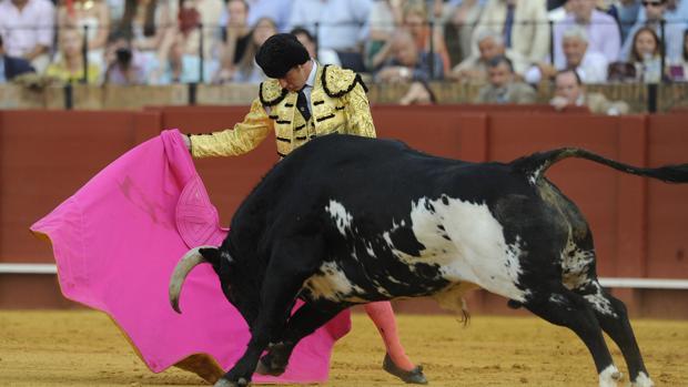 El Fandi realiza una faena en la Maestranza de Sevilla