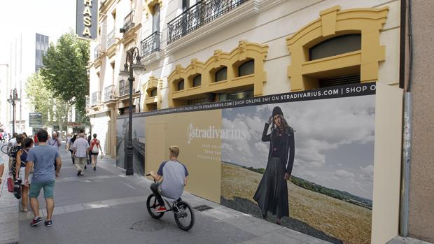 Panel promocional en el nuevo local de la calle Gondomar al que se traslada Stradivarius