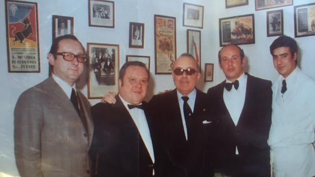 Caballero, el primero por la izquierda, junto a varios compañeros y amigos