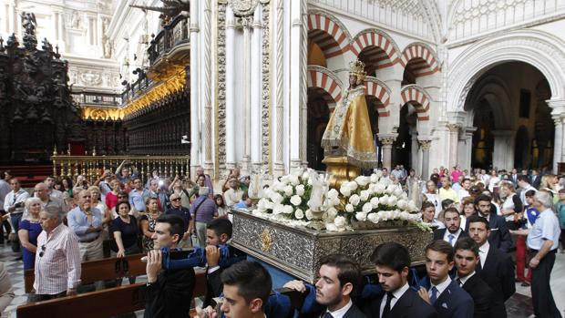 Jóvenes portando a la Virgen de la Fuensanta