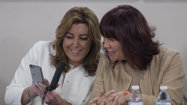 Susana Díaz comenta con Micaela Navarro un mensaje del móvil en una reunión reciente de la Ejecutiva andaluza
