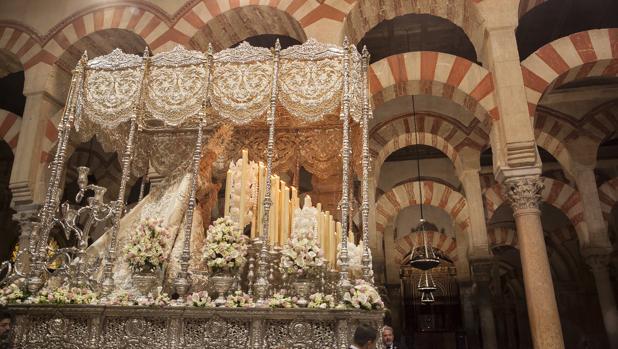 La Virgen de la Paz bajo los arcos de la Mezquita-Catedral