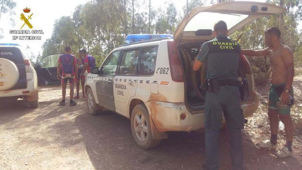 Momento del rescate de los ciclistas en el paraje Pata del Caballo de Paterna del Campo