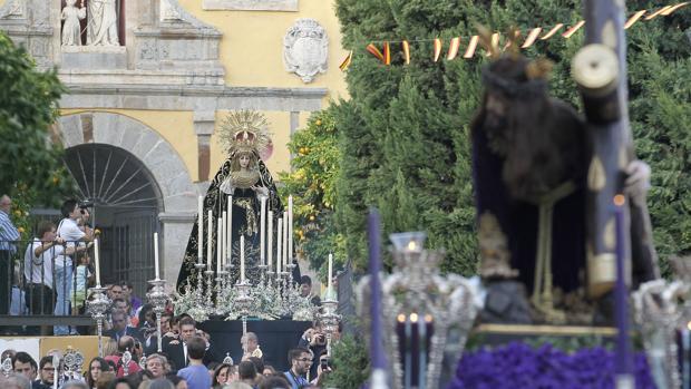 Los titulares de Jesús Caído bajando la Cuesta de San Cayetano