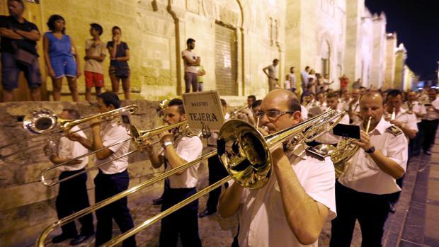 Músicos de la Banda del Maestro Tejera, durante la procesión de la Fuensanta