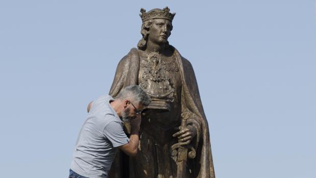 Colocación ayer de la escultura sobre el pedrestal en la rotonda para la que fue diseñada