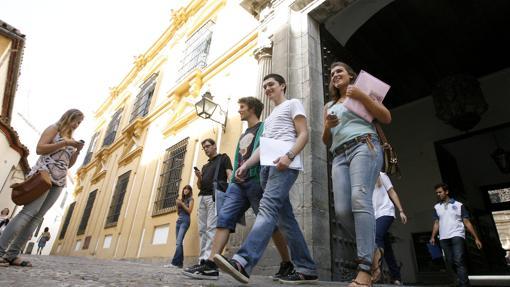 Estudiantes en la puerta de la Facultad de Filosofía y Letras