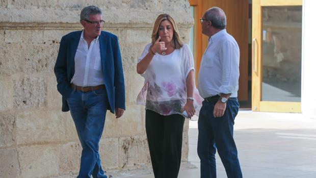 Susana Díaz charlaba ayer en el Parlamento andaluz con Luis Pizarro y Juan Cornejo