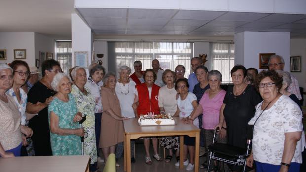 Concha Herrera, en el centro, rodeada de sus compañeros del centro de día