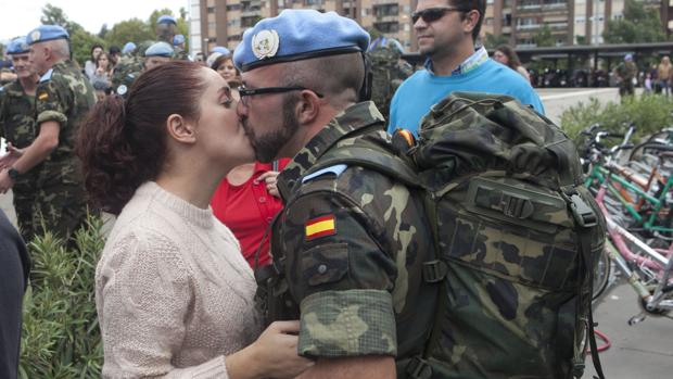 Un soldado de la Brigada Guzmán el Bueno X se despide de su pareja