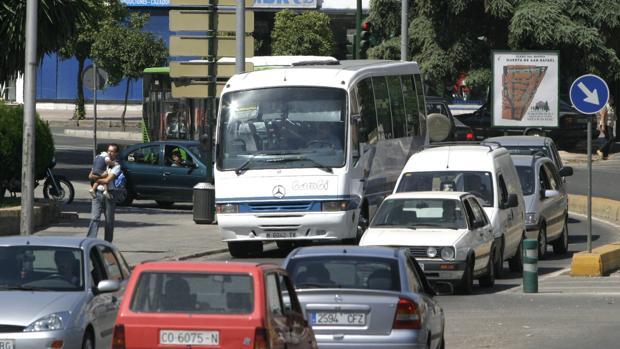 Un autobús escolar en un atasco en la capital cordobesa