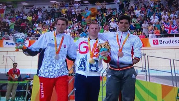 Alfonso Cabello (derecha) con la medalla de bronce lograda en Río 2016