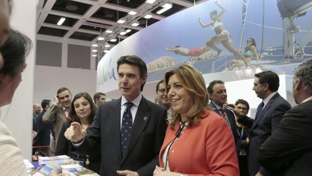 José Manuel Soria, junto a la presidenta andaluza, Susana Díaz, en la feria de turismo de Berlín el pasado marzo
