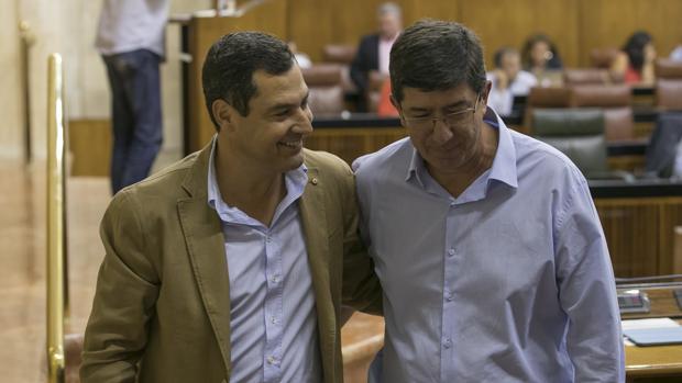 Juanma Moreno y Juan Marín, saliendo juntos del salón de plenos del Parlamento de Andalucía el pasado miércoles