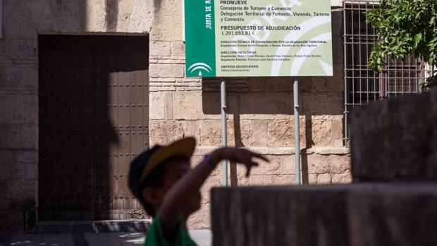 Un niño juega en la Mezquita-Catedral ante el Palacio de Congresos cerrado