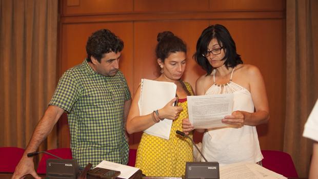 Rafael del Castillo junto a Vicky López y Amparo Pernichi, en un Pleno municipal