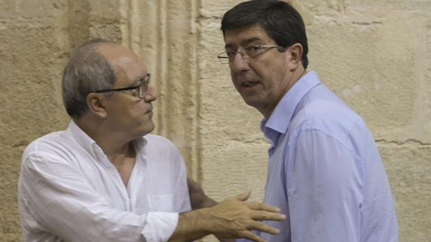 Juan Cornejo y Juan Marín conversan sobre el asunto en el Parlamento de Andalucía