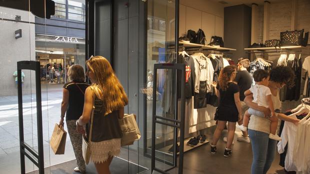 La tienda de Zara vista desde el interior de Stradivarius, ambas de Inditex