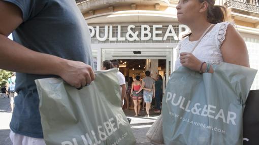 Dos clientas de Pull&Bear, frente a la tienda