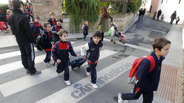 Niños utilizando el camino seguro para ir la colegio