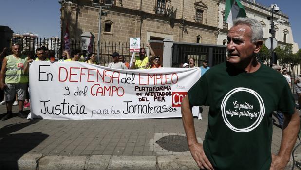 l diputado al Congreso por Jaén, Diego Cañamero ante la sede del Parlamento