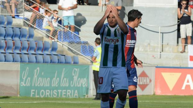 Juli se lamenta en el partido de Huesca