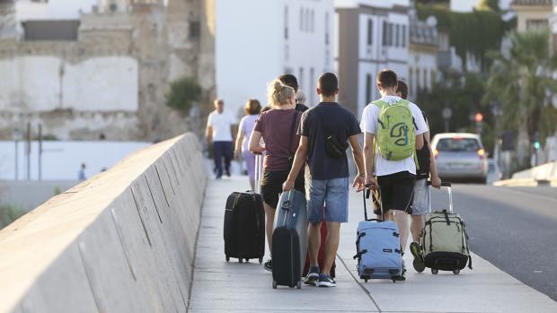 Un grupo de jóvenes, camino del Casco Histórico por el puente de Miraflores