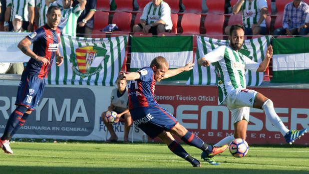 Deivid intenta tapar el disparo de Samu Sáiz en el dos a cero del Huesca al Córdoba
