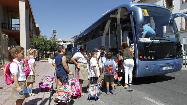 Recogida de niños en un autobús escolar en la calle Capitulares
