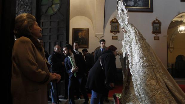 La Virgen de la Paz en besamanos
